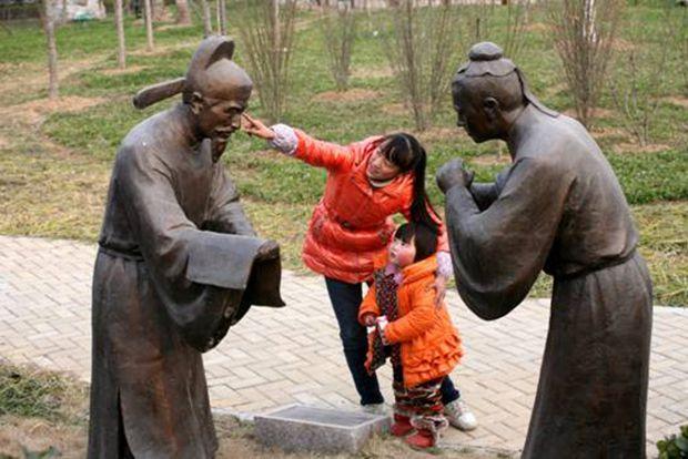 将蒙学文化,莲文化中蕴含的廉洁元素,以雕塑,地标,文化墙等载体穿插