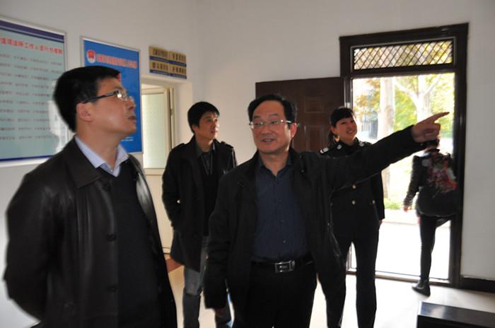区委常委,区纪委书记罗圣权在区纪委常委,办公室主任薛如林的陪同下